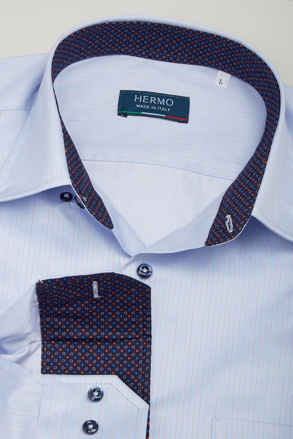 Dettaglio camicia casual con inserti fantasia a contrasto