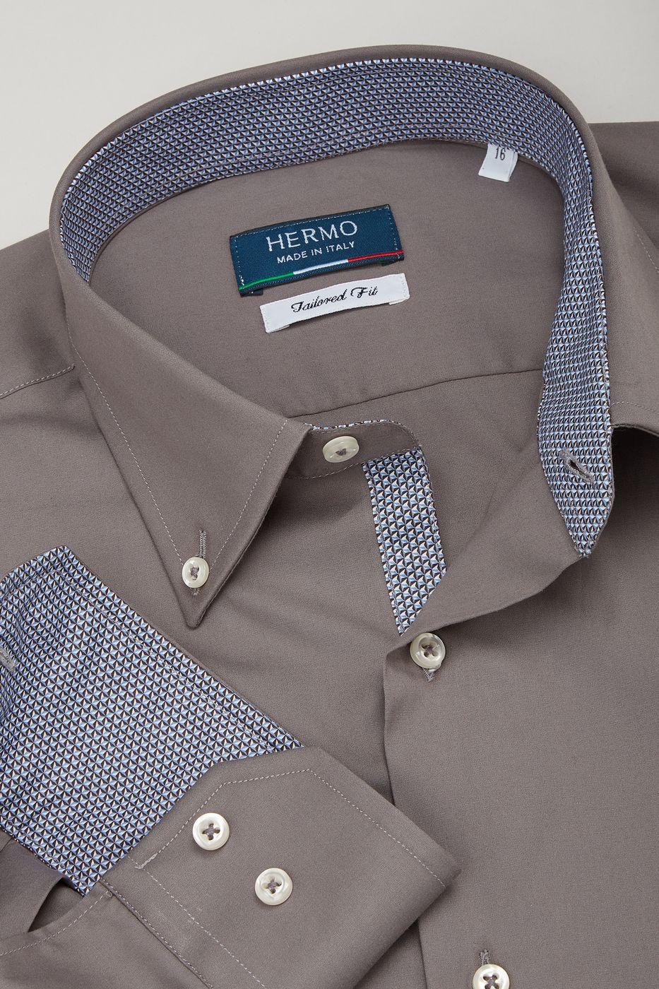 Dettaglio camicia trendy grigio caldo con inserti geometrici