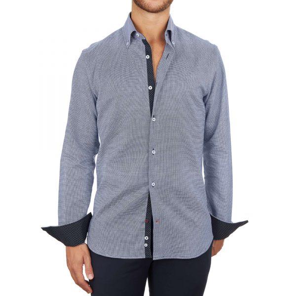 Fotomodello con camicia blu-grigio alla moda