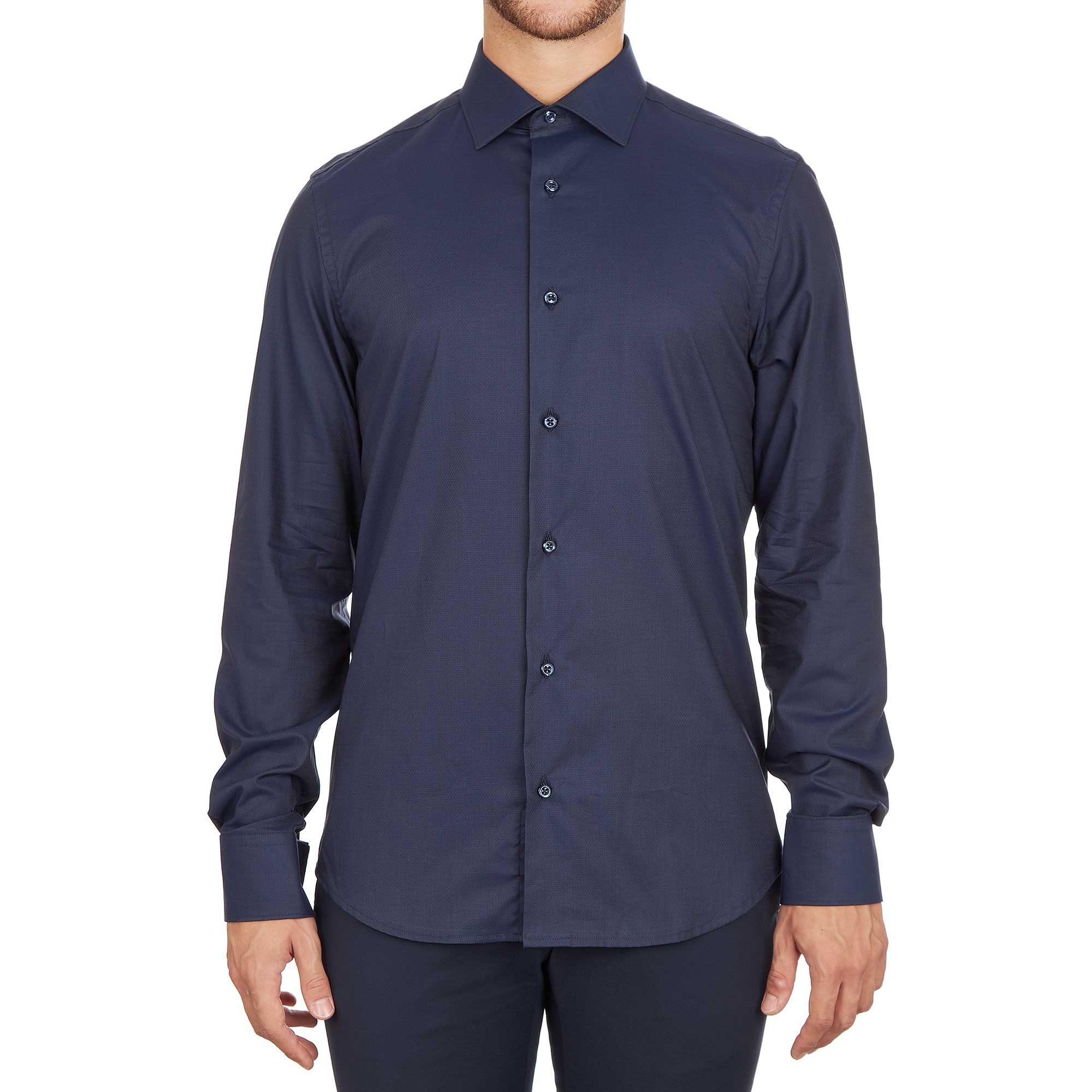 Modello con camicia blu