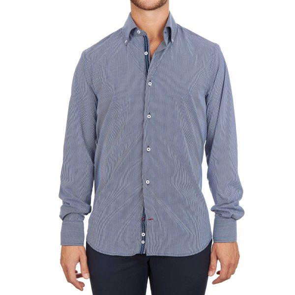 Uomo con camicia a righe con inserti blu