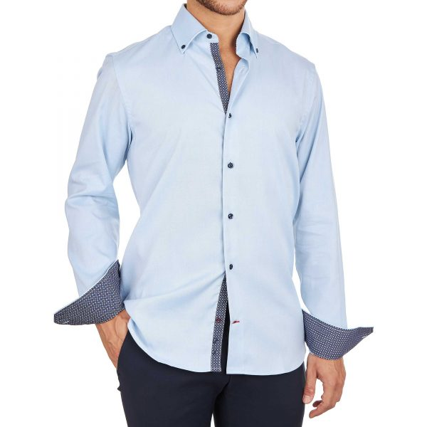 Uomo con camicia azzurra con inserti e polsini fantasia