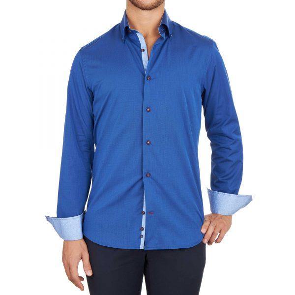 Uomo con camicia blu con inserti pois azzurri bottoni rossi