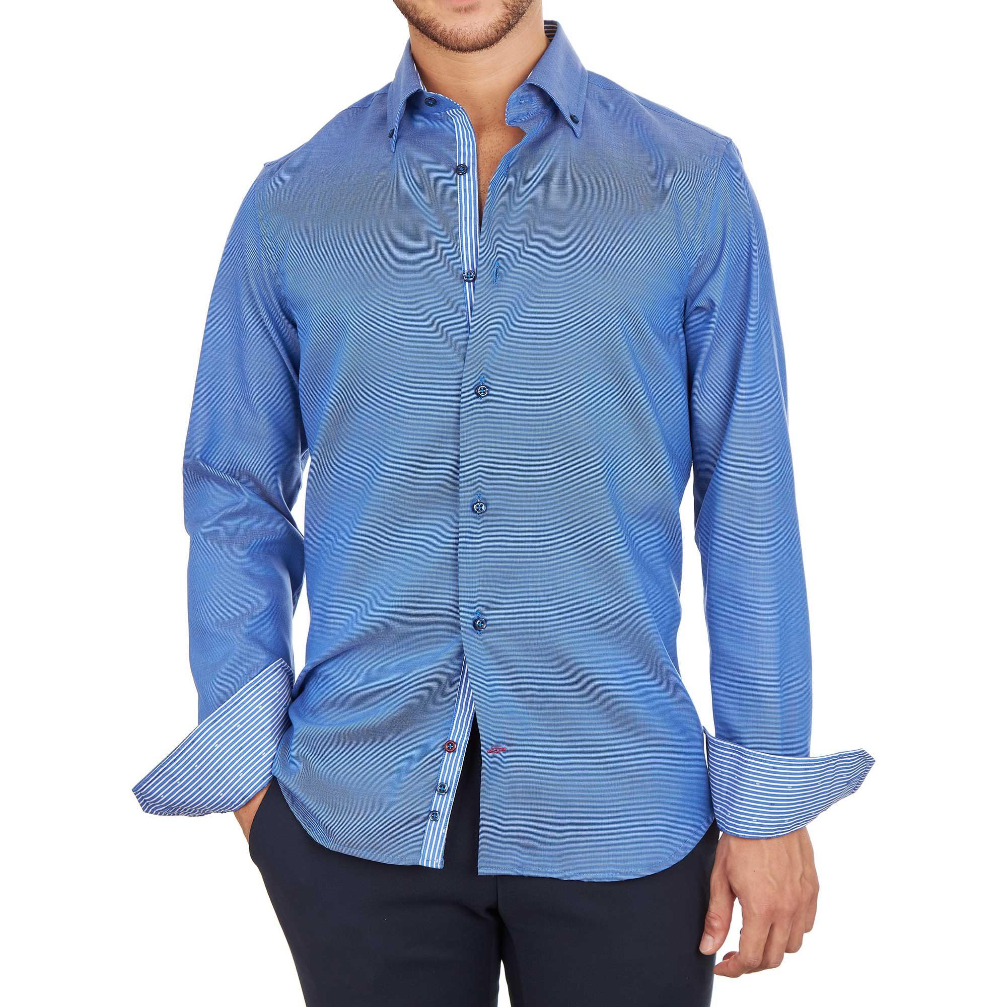 Modello con camicia blu da uomo con inserti a righe